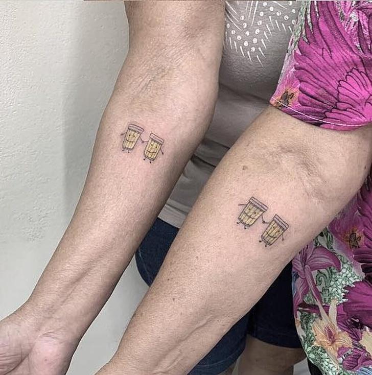 2 Дами отпразнуваха 30-годишното си приятелство, като се сдобиха с прекрасни двойки татуировки на това, което и двете обожават най-много