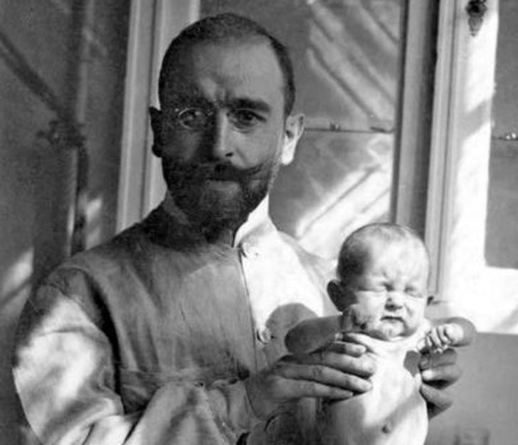 Историята на скромен лекар, който спаси хиляди бебета със своята моркова супа